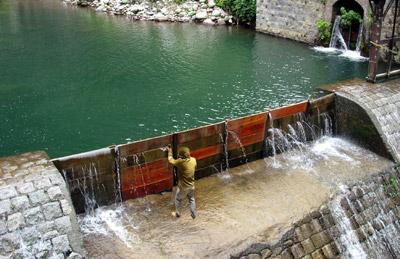 圖中為壁虎貼團隊,試圖使用壁虎貼來修復水壩的情形