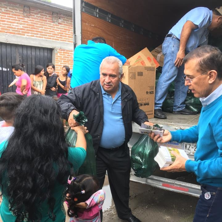 Rev. Amador López Hernández, Moderator of the General Assembly, helps distribute groceries after the earthquake.