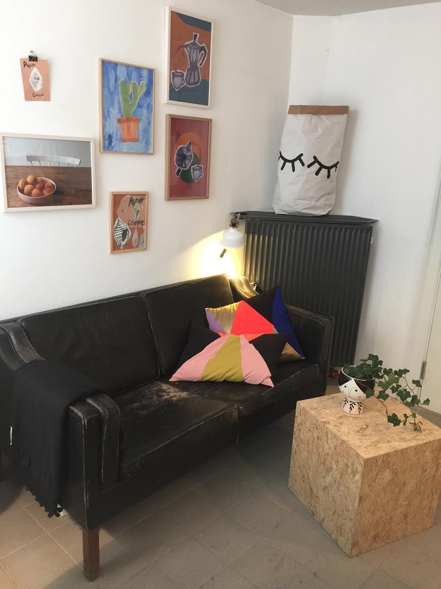 Sofa af Børge Mogensen, bord lavet af Fribo & Samsøe, puder fra  BangBang CPH , pose fra  Tellkiddo , billeder på væggen af mig.