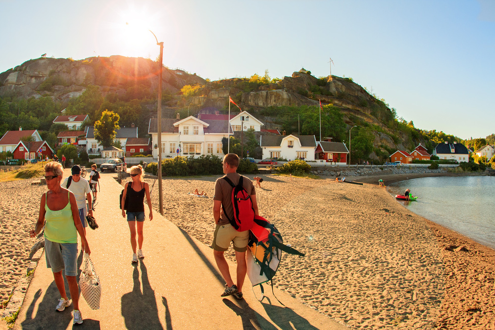 På godværsdager sommerstid er det full aktivitet i Kjerringviks strandområde med badegjester og båtfolk.