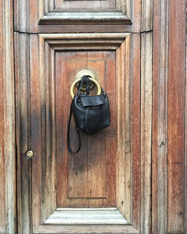 Looking through photos from on our honeymoon in Italy. Even the worn and ragged Italian doors were a dream. The photo oops were endless like my husbands patience 😳🤗