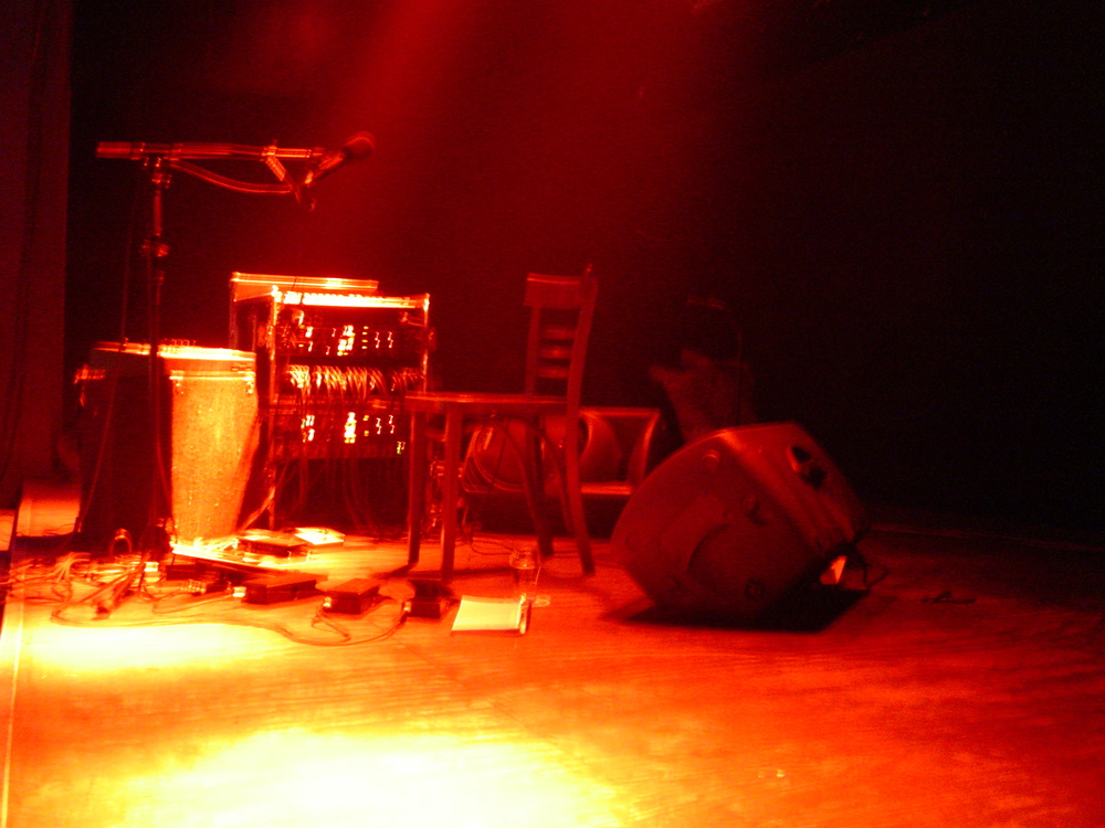 Live-setup met de RM1-x drumcomputer, een aantal expressiepedalen en diverse effecten.(@Merleyn, Nijmegen, 2004)