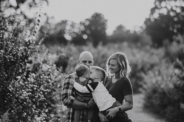 Can you love your baby sister too much? I think half of the photos from this family session were of Oliver trying to give Noelle a kiss 😘
