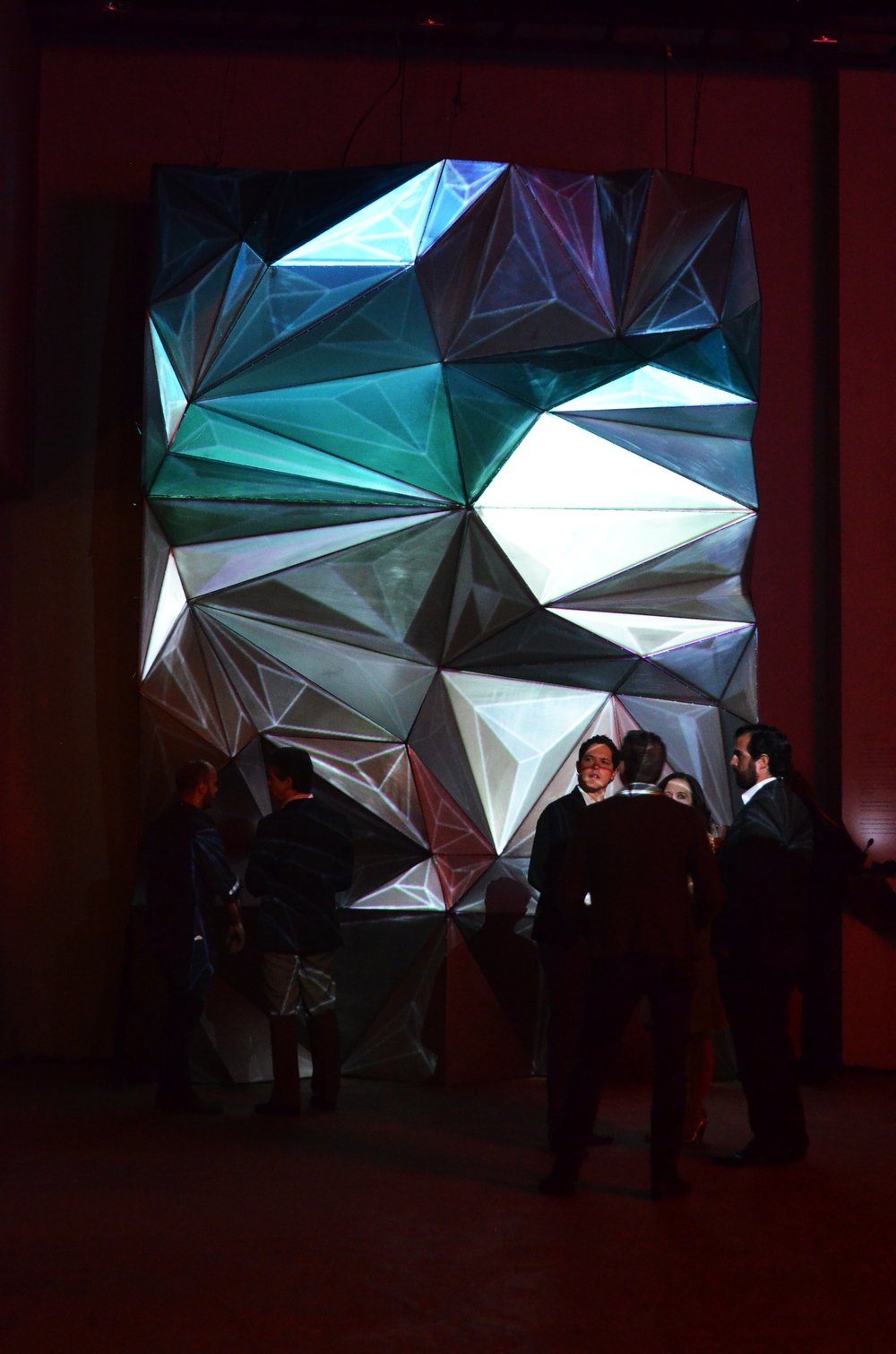 Monairem  La danza de los robots,propone ser una pieza escultorica en la que converjan visuales, animación,video y mapping, logrando que el muro cobre vida logrando que el usuario intervenga en su propia experiencia.