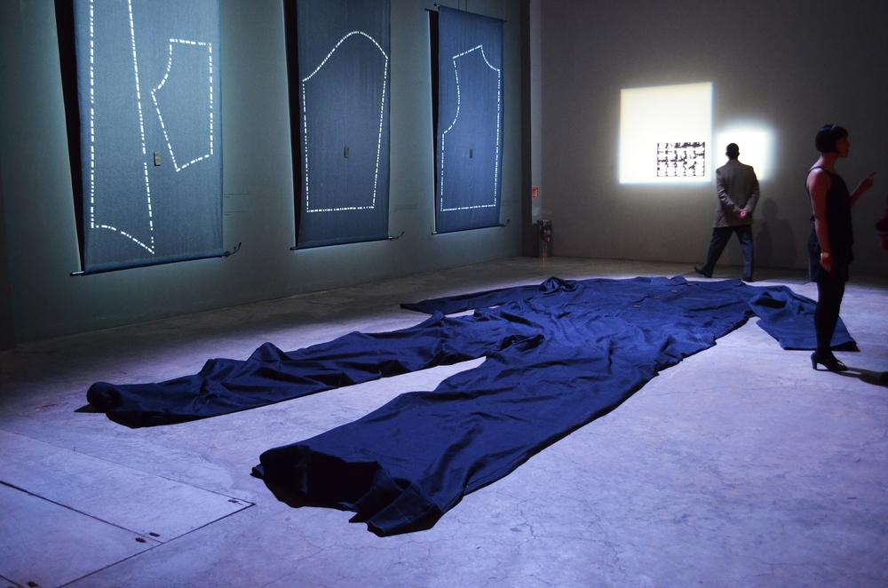 Joule (w) consiste en la elaboración de un tradicional overol de obrero de 10 metros