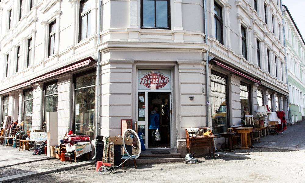 – Bruktbutikken er måten vi finansierer på, men det er jo ikke noen butikk, det er kirken min, sier Helge Valrygg om bruktbutikken Reto på Bjølsen, som har samme navn som stiftelsen som driver arbeid blant rusmisbrukere. (Foto: Malene Bjørgaas)