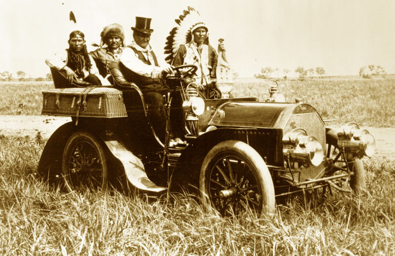 Geronimo in a 1905  Locomobile  Model C, taken at the Miller brothers' 101 Ranch located southwest of Ponca City, Oklahoma, June 11, 1905 |  Public Domain