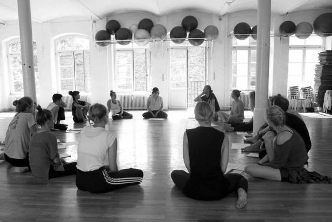 Sasha Amaya teaching workshop. Photo by Tati Witt.
