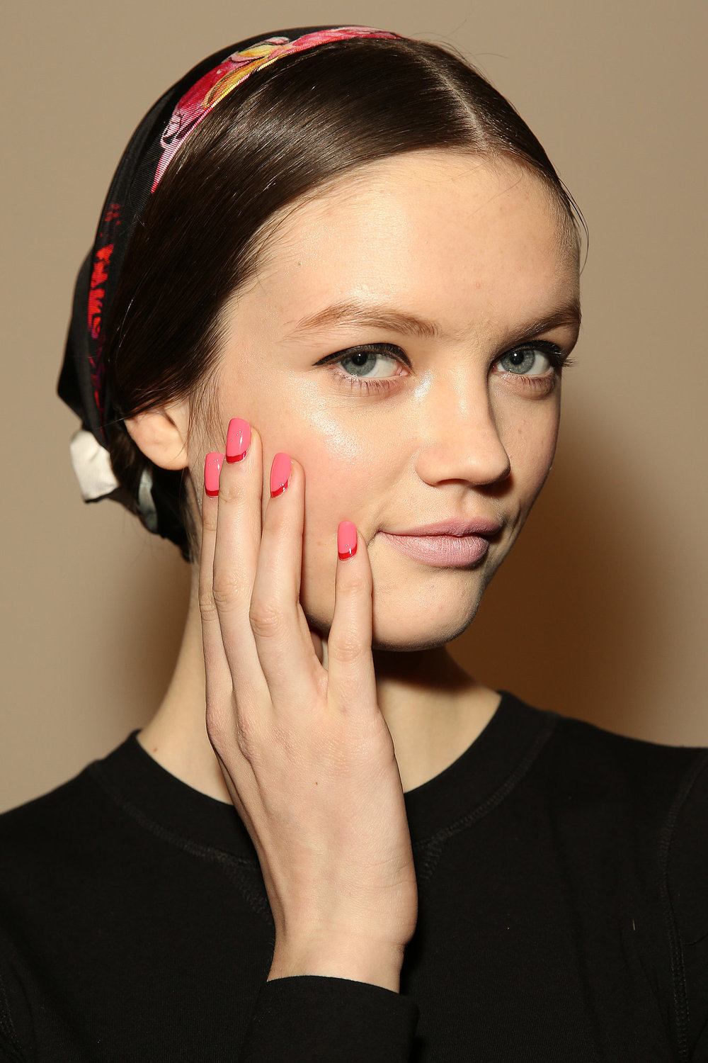 Honor Fall 2014: Apply two coats of Deborah Lippman It's Raining Men, a classic red. Then add Deborah Lippman in Break 4 Love so that only a sliver of red showed. Honor Fall 2014: Para este look se aplican dos capas de Deborah Lippman en Is Raining Men, un rojo clásico, seguido de Deborah Lippman en Break 4 Love.