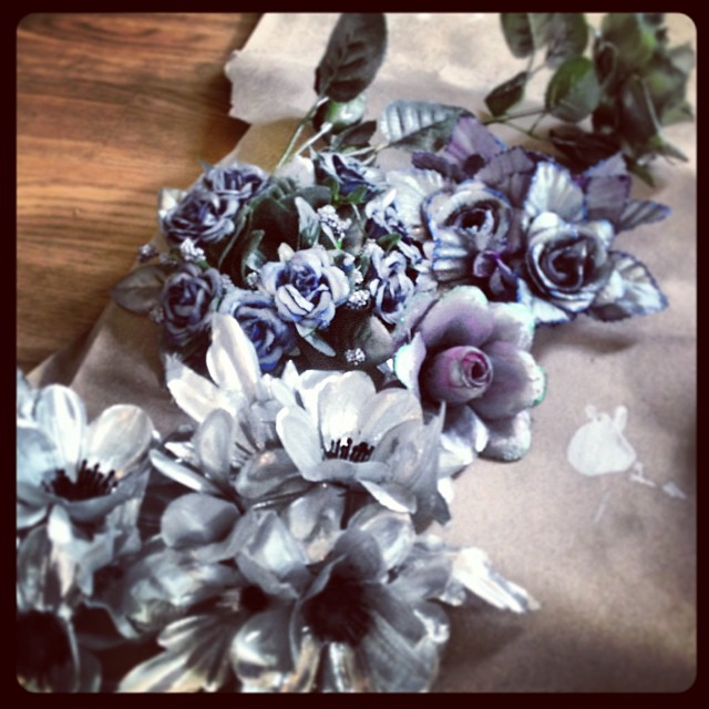 Frostigt vackra blommor som glimrar till i blått och grönt. Foto:  Petra Shara Stoor