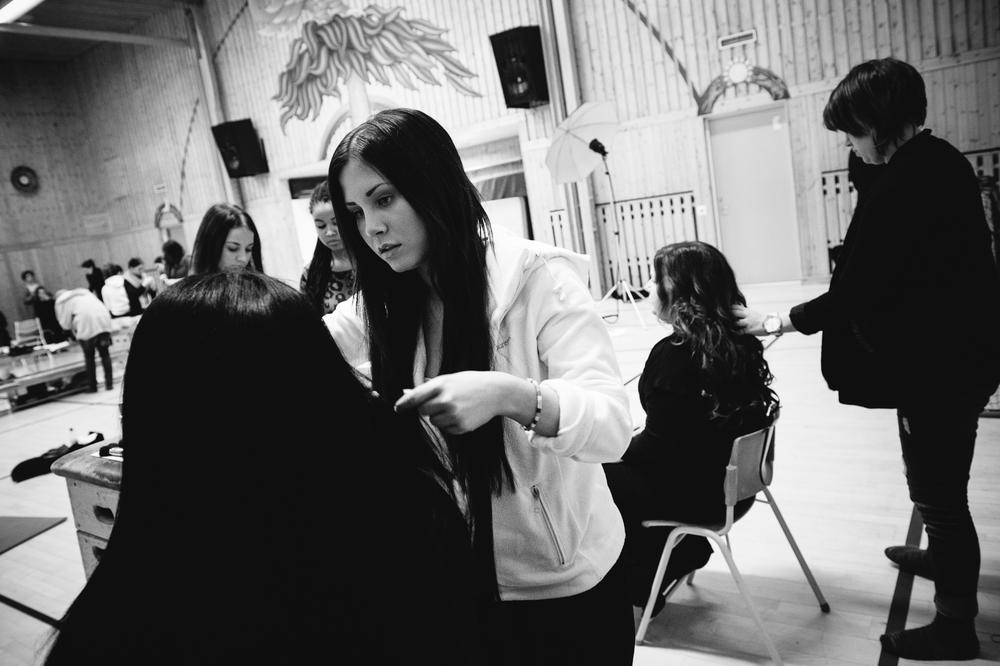Elever från Västermalms Gymnasium som fixar makeup och hår på Lucia i folktron och kören Dimmerar´yn under Midvinterglöd 2012.Foto: Philippe Rendu