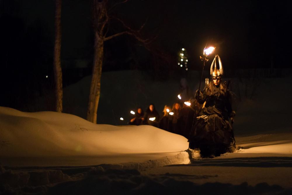 Midvinterglöd 2012: Lucia träder fram ur mörkret. Foto: Daniel Funseth