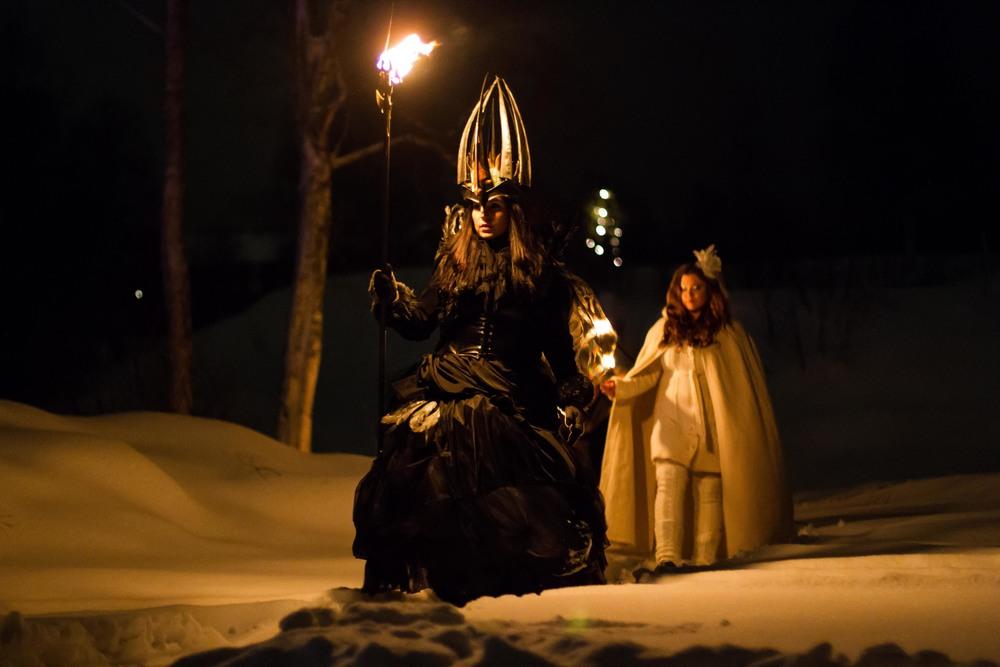 Lucia i folktron akt I, Midvinterglöd 2012. Lucia: Katarina Borbos och medverkande vokalgrupp Dimmerar´yn. Foto: Daniel Funseth.