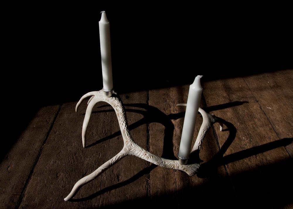 Karvad ljusshållare i renhorn av Petra Shara Stoor. (Såld).  www.skullartistry.com