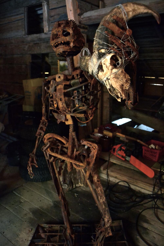 Svetsat skelettkonstverk av Marie Olskims Lusth.