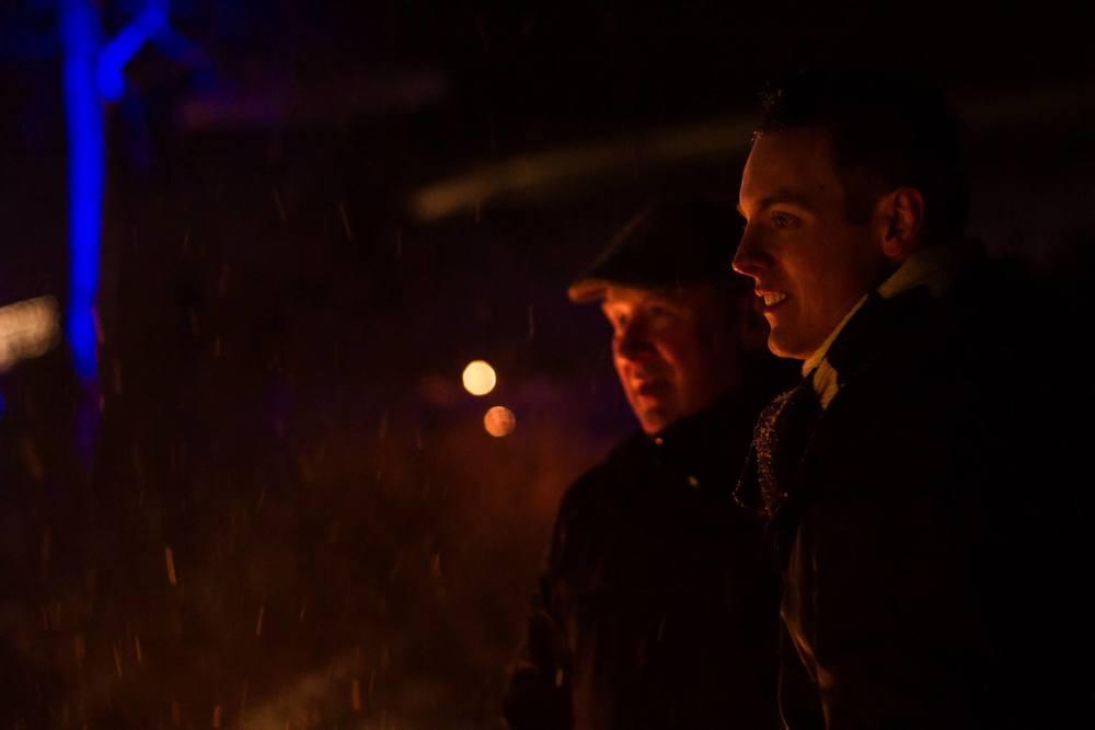 Fredrik Fernlund till höger på bild värmer sig vid eldtunnan under Midvinterglöd. Foto: Daniel Funseth.
