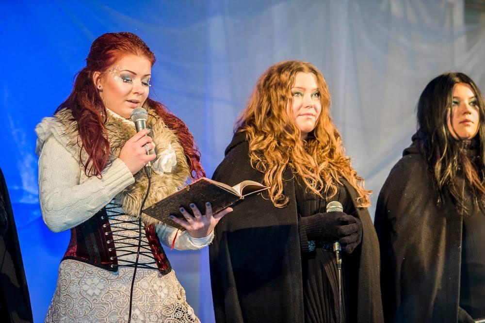 Amanda Qvarfort läser poemet skrivet av Leo Flavum under Lucia i folktron akt II, Midvinterglöd 2013. Foto: Martin Burmester.