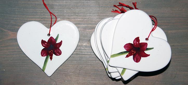 Keramikhjärtan av konstnär och grafisk designer Eva Olsson