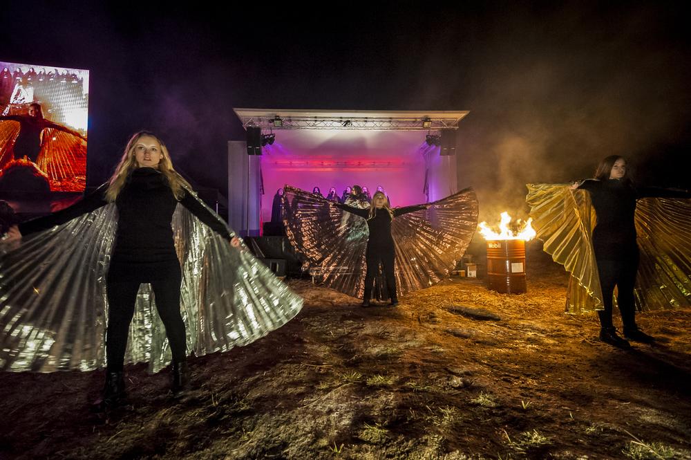 Bergsjö Dansstudio medverkade i Lucia i folktron showen. Från vänster: Alma Karlsson, Elin Ingvald och Matilda Hall. Foto: Martin Burmester
