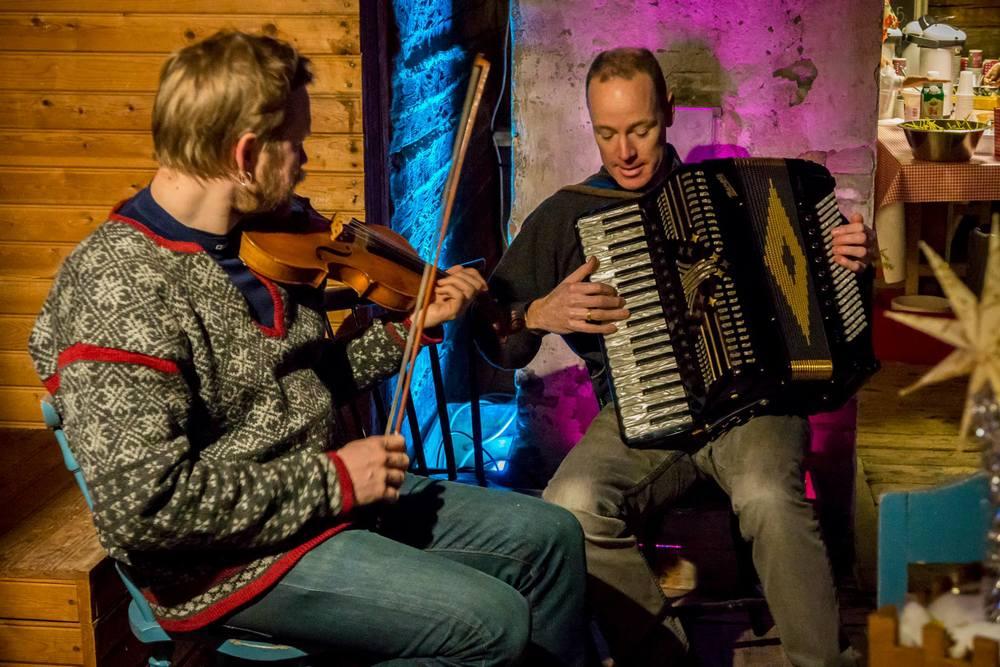 Thomas von Wachenfeldt, fiol och Tomas Söderlund, Dragspel uppträdde i Musikkvarnen under Midvinterglöd. Foto: Martin Burmester
