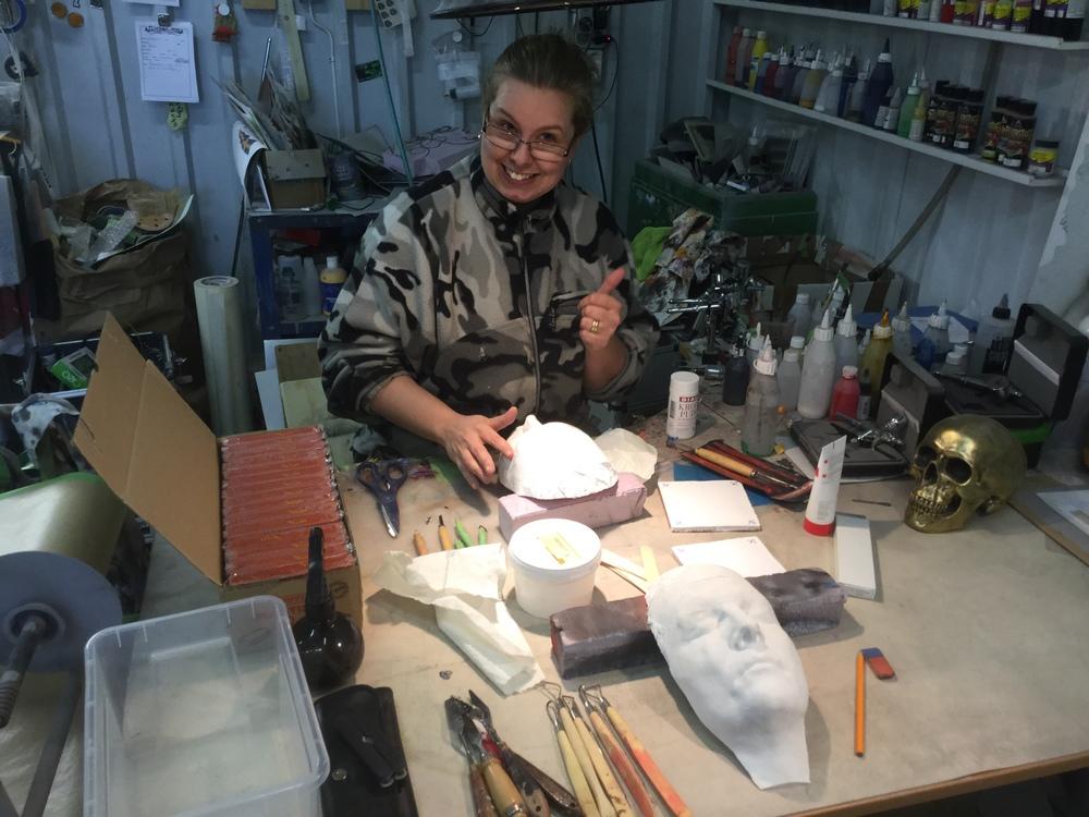 """Linda """"Flickan"""" Tolind glad i hågen och redo att börja skulptera fram ett väsen i lera till sina modellerEmma Ruthberg och Kalle """"Eldsmeden"""" Svensson"""