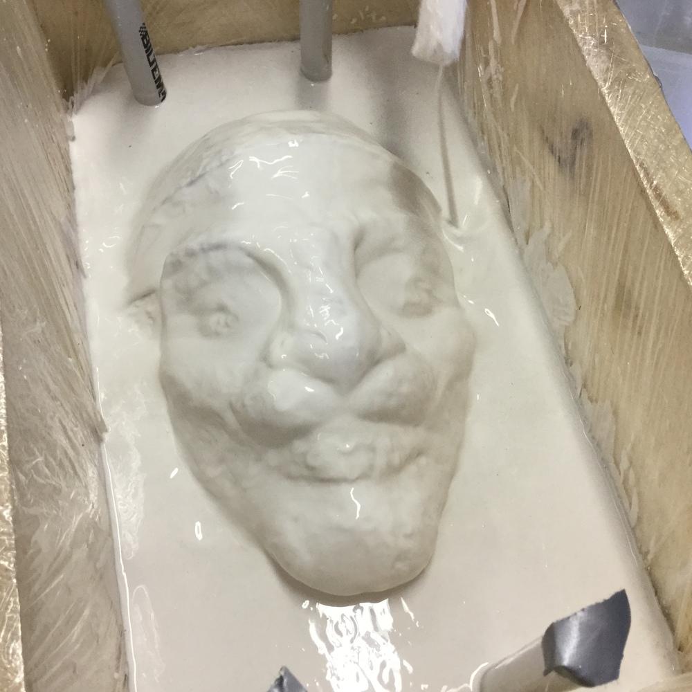 Hela masken täcks in i gips för att få en avgjutning av själva modellen som skulpterats fram i lera.