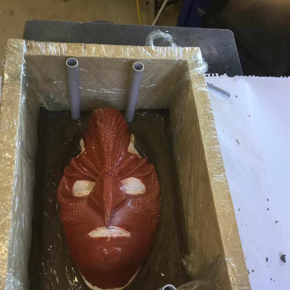 """""""Fågel Fenix!"""" inspirerad mask skapas av Petra Shara Stoor och modell som ska bära denna skapelse är Catarina Vesterman. Nu är även denna mask i detta moment redo att bli täckt av gips, så att vi får en gipsform av själva masken."""