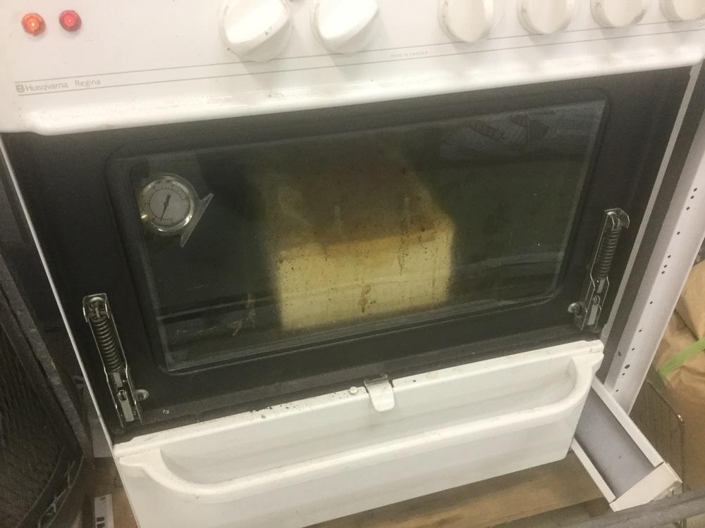 Nu är en mask inne i ugnen och gräddas! Det luktar inge vidare gott om Foam latexen ska jag tillägga, inte det minsta aptitretande ;)