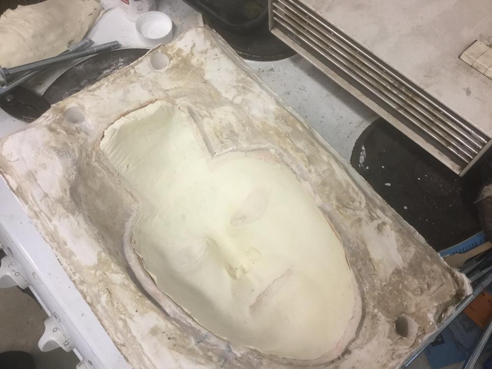 Här ligger nu fågel fenixmasken i foam latex klar, redo att avlägsnas från gipsformen för att se hur resultatet blev efter att den bakats klar i ugnen! :)