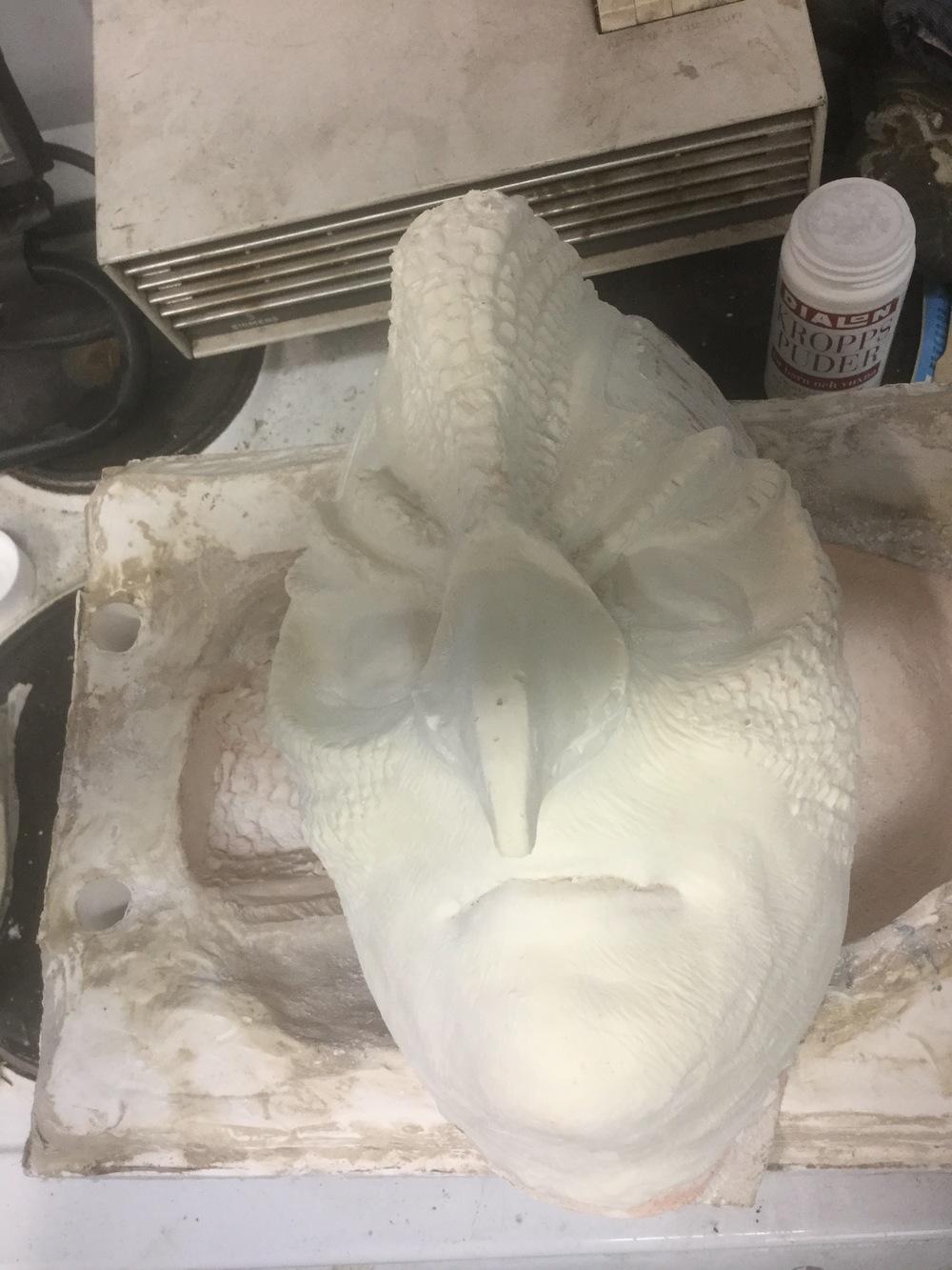 Fågel Fenix masken är klar i sin grundform! Hurra! Nästa steg är att färglägga masken, dekorera och prova den på modellen. :)