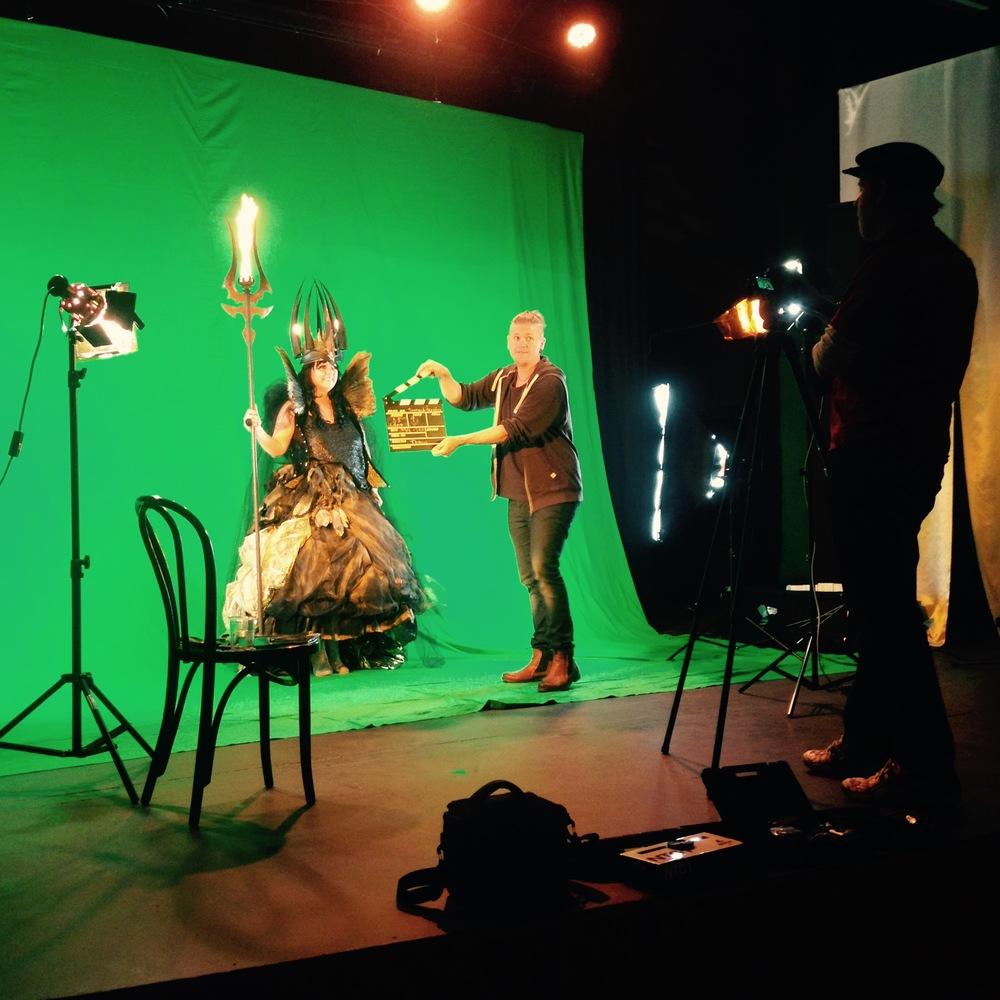 Åsa Jinder spelar rollen som häxa i julfilmen och är iklädd de kostymer och den rekvisita som vår Lucia i folktron burit påMidvinterglöd. Kostym, makeup,hår, foto: Petra Shara Stoor, Smideskrona & smidespira: Fredrik Thelin. Manus:Kristofer Olsson & Thomas Lothström