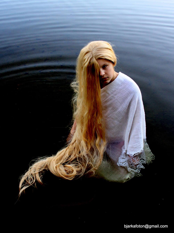 Linda W Bjarka ställer ut sina porträtt  inspirerade av grekisk mytologi på Midvinterglöd