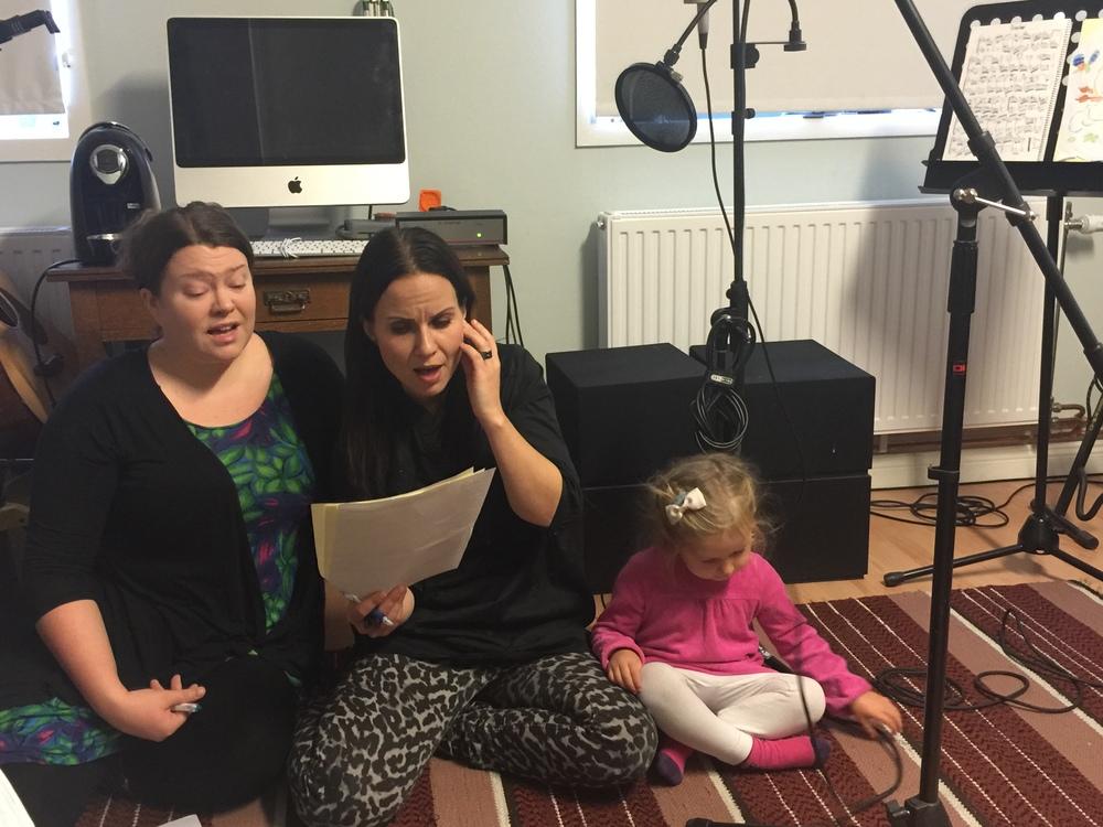 Lovisa Hall och Petra Shara Stoor övar in sin stämma till låten. Lilla Idun är med som stöd :) Foto: Fredrik Fernlund