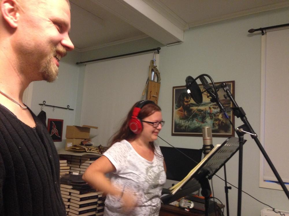Glada miner i studion!Låtskrivare Leo Flavum och nu är det Barbro Larssons tur att spela in sin stämma på låten FeatherFall. Foto: Fredrik Fernlund