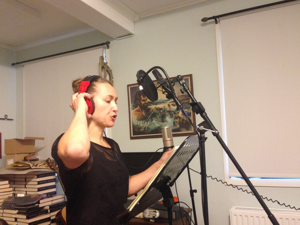 Tua Eurén lägger stämsång till låten FeatherFall. Inspelning i SenzaVibs studio i Gränsfors. Foto: Fredrik Fernlund