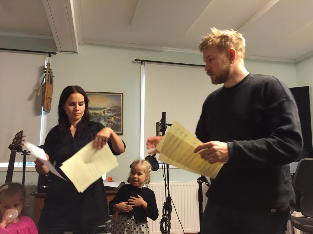 Thomas von Wachenfeldt delar ut noter på körarrangemanget som han skapat till låten FeatherFall och Dimmerarýns medverkan med stämsång.