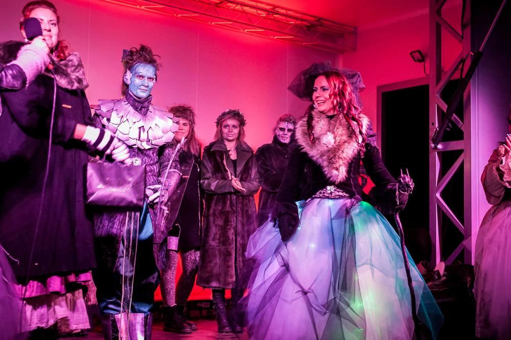 En jury utser vinnaren av själva makeuptävlingen och alla väsen kallas samman på scenen för att vara del av finalen. Bilden är från Midvinterglöds makeuptävling 2014.Foto: Philippe Rendu.
