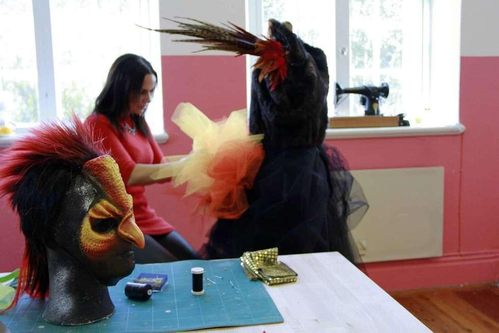 Petra Shara Stoor ordnar med kostymer inför Midvinterglöd 2015 - Fjäderfall
