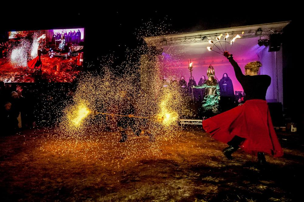 Magiskt musikaliskt skådespel med showen Lucia i folktron. Sång, eld, dans, magi, mystik. Bilden är från Midvinterglöds lucia i folktron show år 2014. Foto: Martin Burmester