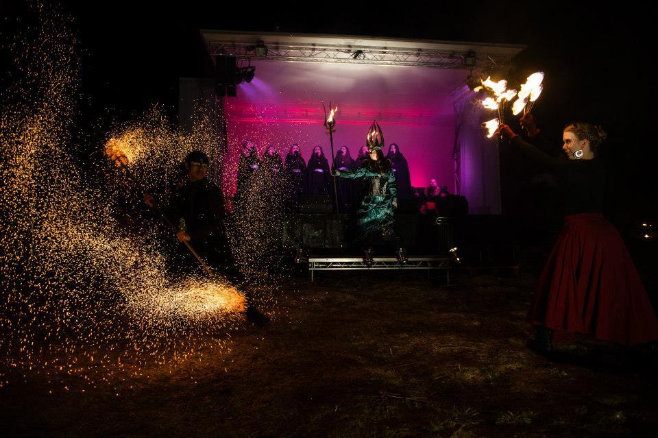 Magiskt musikaliskt skådespel med showen Lucia i folktron. Sång, eld, dans, magi, mystik. Bilden är från Midvinterglöds lucia i folktron show år 2014. Foto: Philippe Rendu