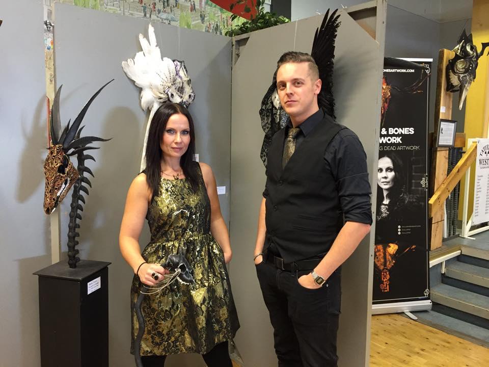 Petra Shara Stoor och Fredrik Fernlund, arrangörer för Midvinterglöd medverkar på Garpenbergs julmarknad för att berätta mer om Midvinterglöd. Petra Shara Stoor ställer även ut delar av sin skelettkonst på marknaden.