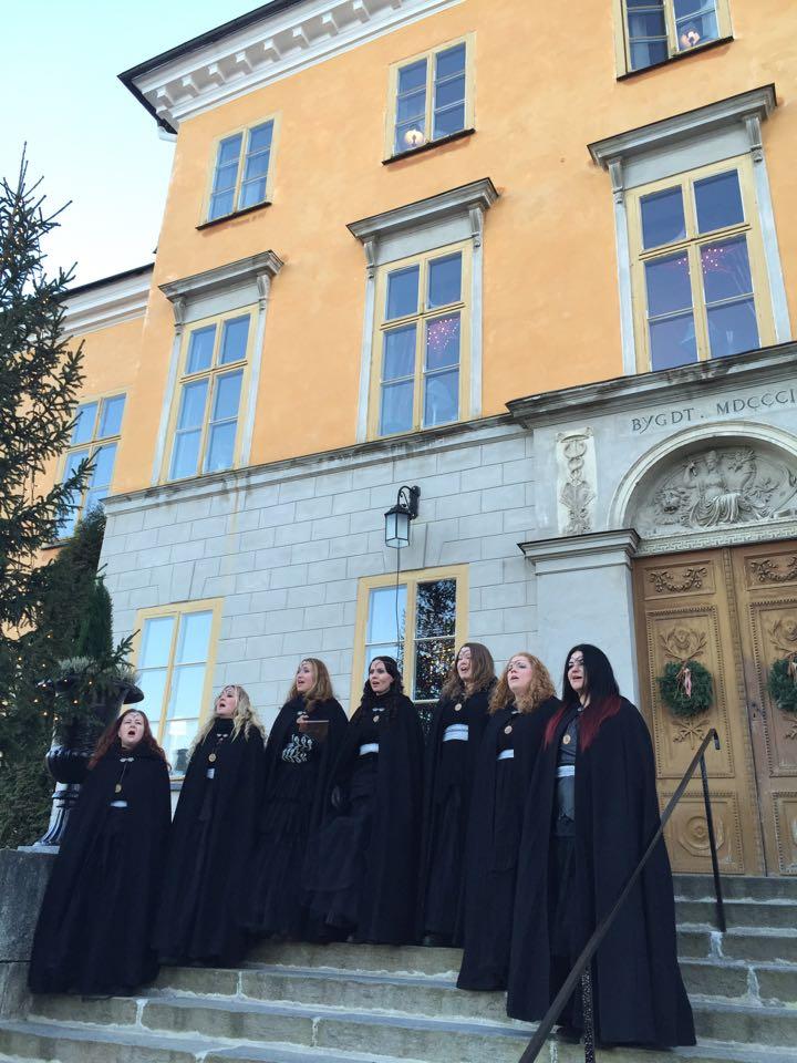 Vokalgruppen Dimmerar'yn uppträdde på slottstrappan med sånger och stämning från Midvinterglöd. Foto: Fredrik Fernlund