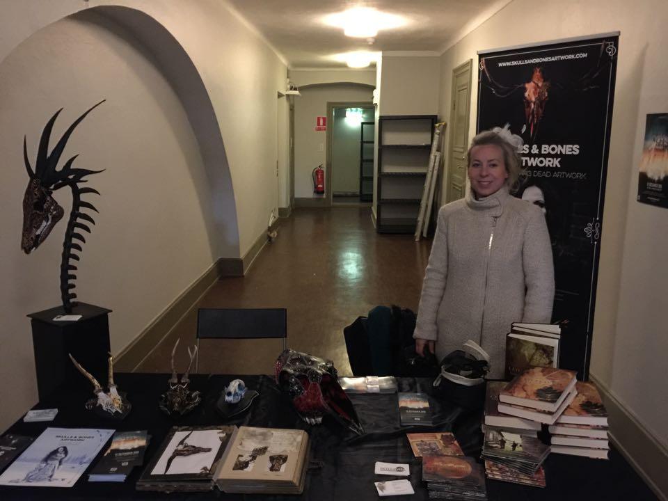 Janina Stoor och Fredrik Fernlund berättade om Midvinterglöd till besökare på Garpenbergs julmarknad. Skelettkonst, oljemålningar, musik och böcker ställdes ut. Foto: Fredrik Fernlund
