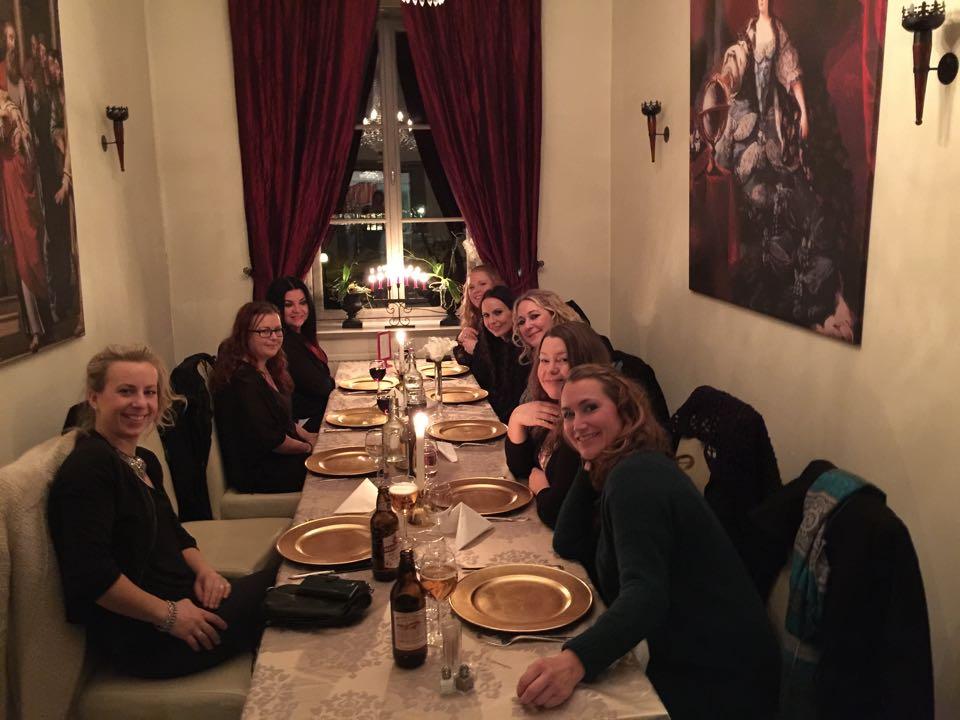 Vi avnjöt en god middag tillsammans hela gänget på Garpenbergs slott på lördagkvällen. Här vokalgruppen Dimmerar'yn, Janina Stoor och Fredrik Fernlund står bakom kameran.