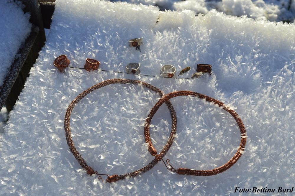 Stina-Elise Trolin, heArt of Helsing ställer ut till försäljning sina vikingainspirerade smycken på Midvinterglöds julmarknad 12 december 2015.