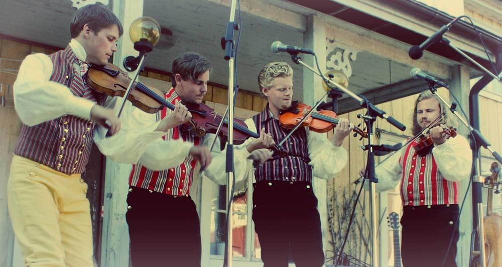 De 4 kläpparna uppträder under Midvinterglöd i Musikkvarnen med folkmusik. Från vänster Emil Engberg, Johnnie Hassel, Jesse Ljung och André Malmqvist.