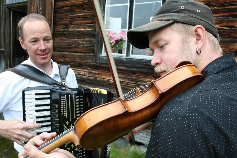 Riksspelman Thomas von Wachenfeldt och dragspelare Tomas Söderlund uppträder med folkmusik i Å-kvarnen under Midvinterglöd.