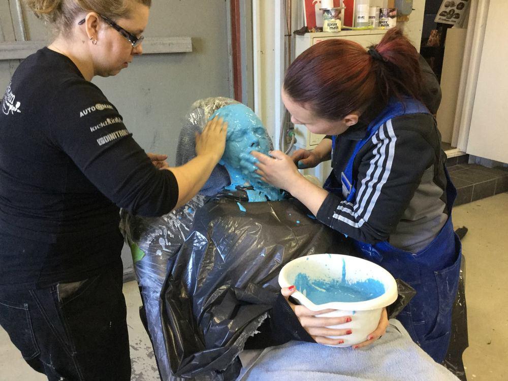 Modellen Emma Ruthberg i avgjutningsprocessen. Detta är steg 2 där man lägger på alginat för att få avtryck av ansiktet.