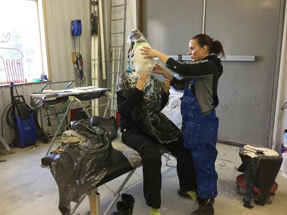Steg 4 är att lossa allt från ansiktet där modellen får försiktigt ta sig ur greppet som gipset har om ansiktet.
