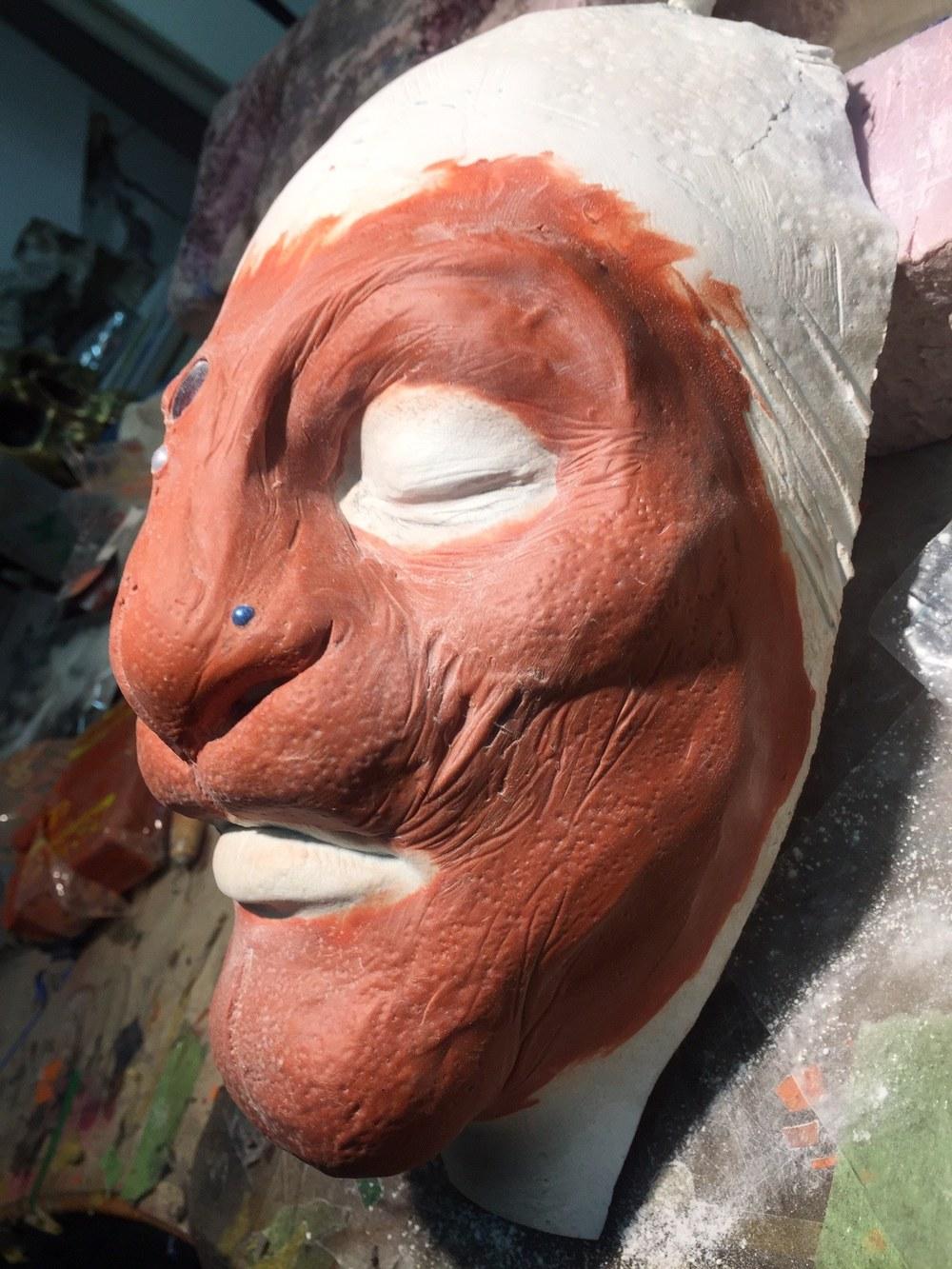 """Linda """"Flickan"""" Tolind skapade detta väsen i lera som ska bli en mask som Emma Ruthberg ska bära på Midvinterglöd."""